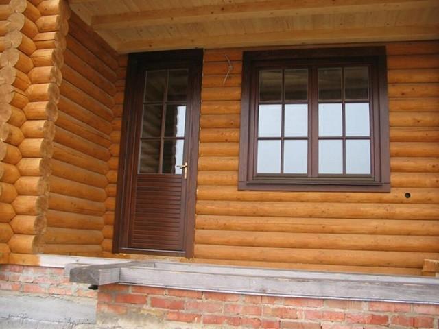деревянная дверь в деревянный дом