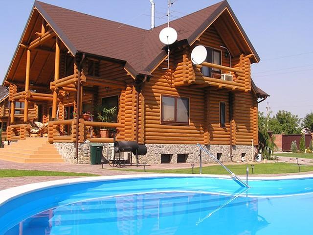 деревянный дом с бассейном