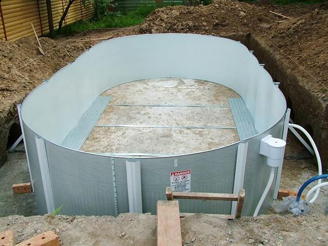 пластиковый бассейн на загородном участке