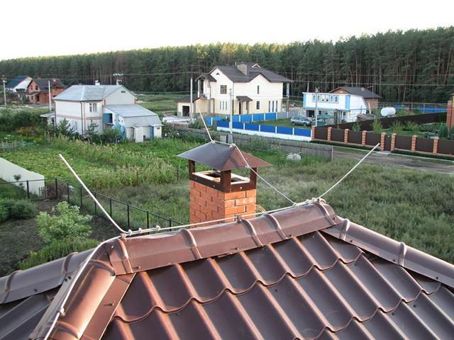 молниеприемник на крыше частного дома